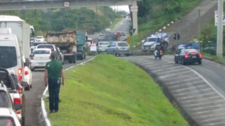 Policiais militares e agentes da Concessionária Bahia Norte orientam motoristas no local