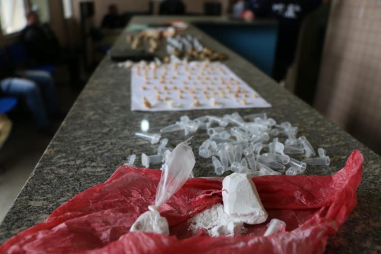 Drogas, armas, munições e documentos falsos foram apreendidos com os presos