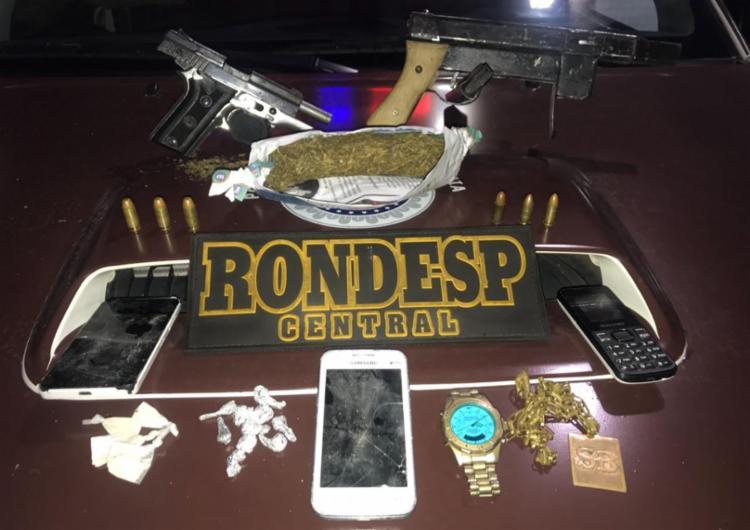 Armas, drogas e outros objetos foram apreendidos com os dois homens - Foto: Divulgação | SSP-BA