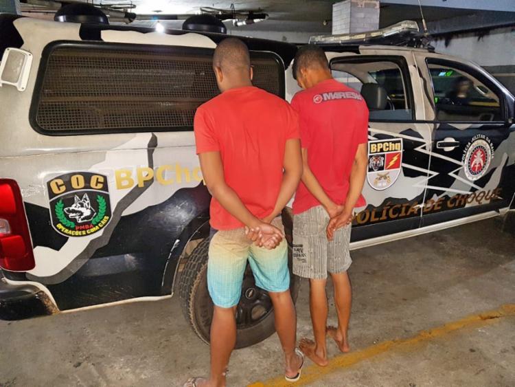 Policiais encontraram drogas no bolso de um dos homens na porta de uma casa