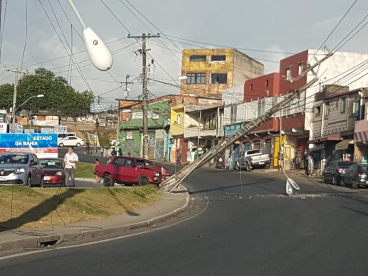 Veículo colidiu com o poste na saída da estação na manhã desta quarta - Foto: Cidadão Repórter | Via WhatsApp
