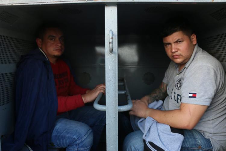 Suspeitos foram recepcionados pela polícia quando chegaram em um avião na capital baiana - Foto: Alberto Maraux | Divulgação | SSP-BA