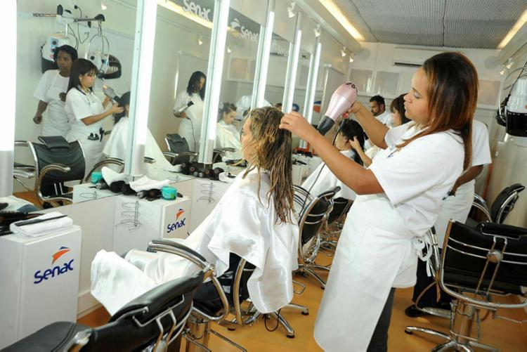 A área de beleza oferta uma seleção de cursos, como gestão de salões de beleza e cabeleireiro - Foto: Divulgação | Senac