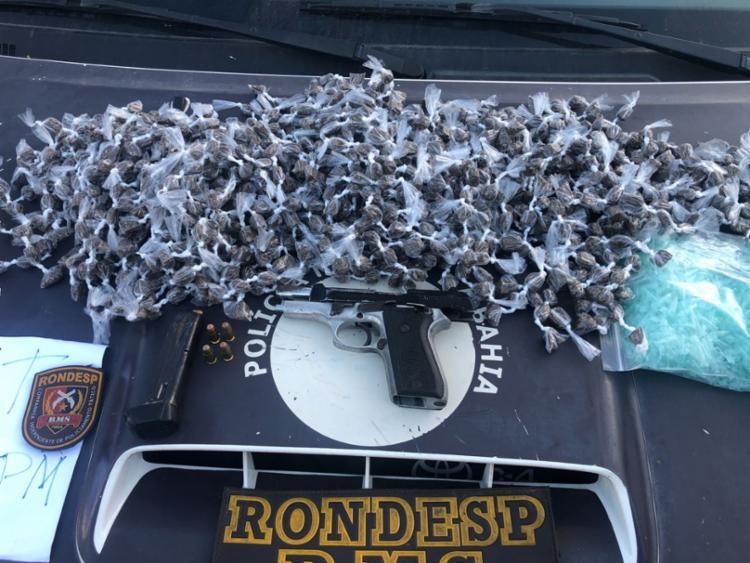 Suspeitos estavam com 1.200 porções de maconha, uma pistola, carregador, munições e balança - Foto: Divulgação   SSP-BA