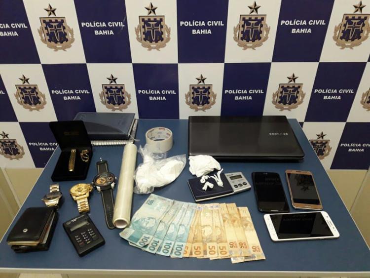 Na casa do suspeito foram encontrados pacotes da droga, além de uma balança e dinheiro