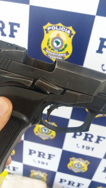 Pistola encontrada com os suspeitos é propriedade da Policia de Buenos Aires
