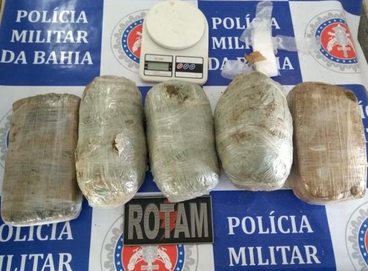 Com o suspeito foram encontrados cinco tabletes de maconha - Foto: Polícia Militar da Bahia   Divulgação