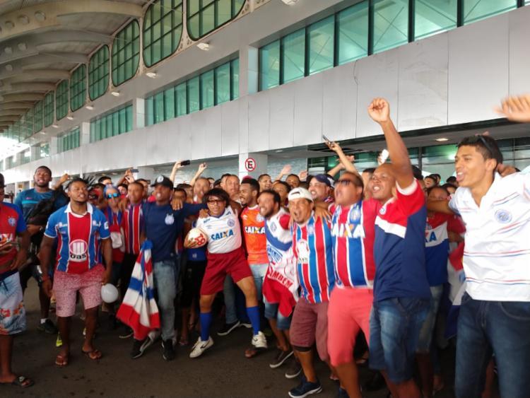 Torcida faz a festa para o Bahia no aeroporto internacional de Salvador - Foto: Adilton Venegeroles | Ag. A TARDE
