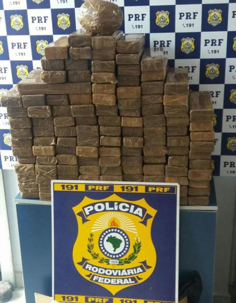 Tabletes da droga foram encontrados em caixas no compartimento de bagagens - Foto: Divulgação   PRF