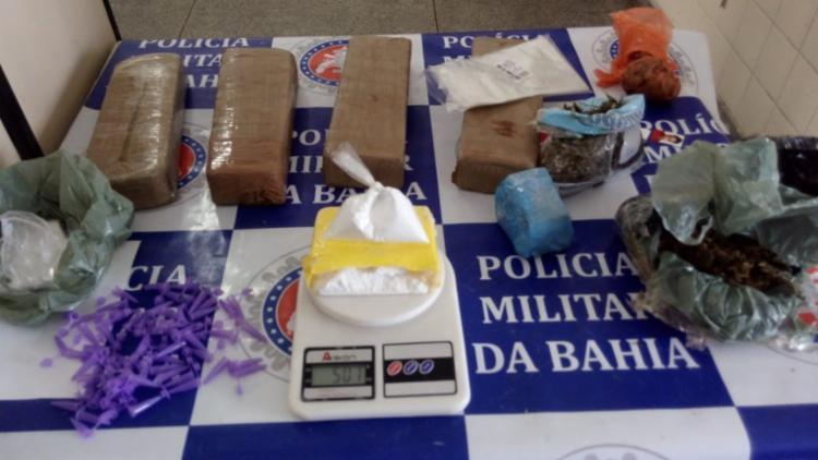 Com o suspeito foram encontrados drogas, uma balança e um celular,