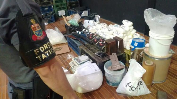 Na residencia foram encontrados 119 kg de cocaína, 40 kg de substâncias químicas utilizadas para misturas, bloqueador de sinal, balanças e outros - Foto: Divulgação | SSP-BA