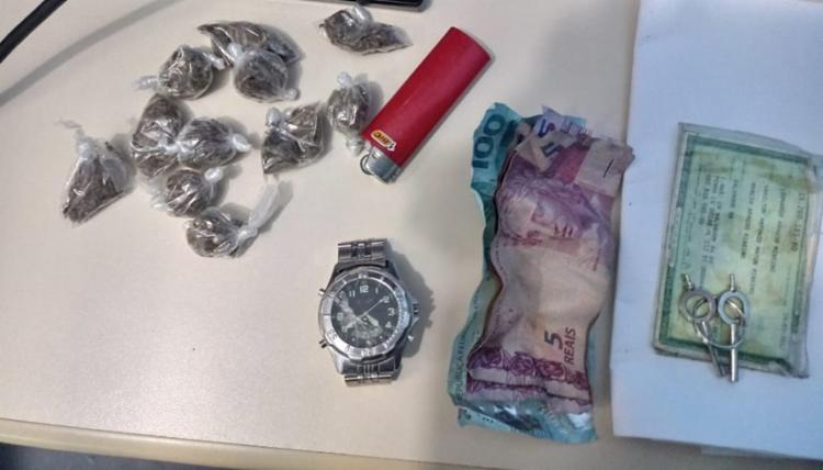 Foram apreendidos 11 papelotes de maconha, um relógio e R$ 115 - Foto: Divulgação   SSP-BA