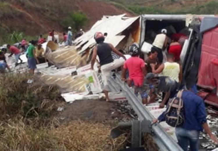 Carga foi saqueada antes do motorista da carreta ser socorrido - Foto: Reprodução | Teixeira News | Cocobongo