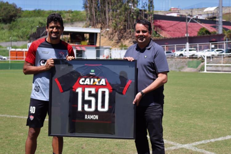 Ramon foi homenageado durante o treinamento desta sexta-feira - Foto: Divulgação | Vitória