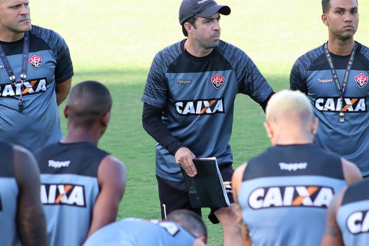 O técnico interino Burse (centro) vai para a segunda partida à frente do Leão - Foto: Maurícia da Matta l EC Vitória