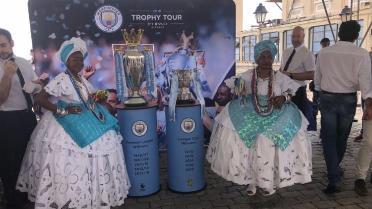 As duas taças dão expostas na Praça Tomé de Souza - Foto: Margarida Neide | Ag. A TARDE