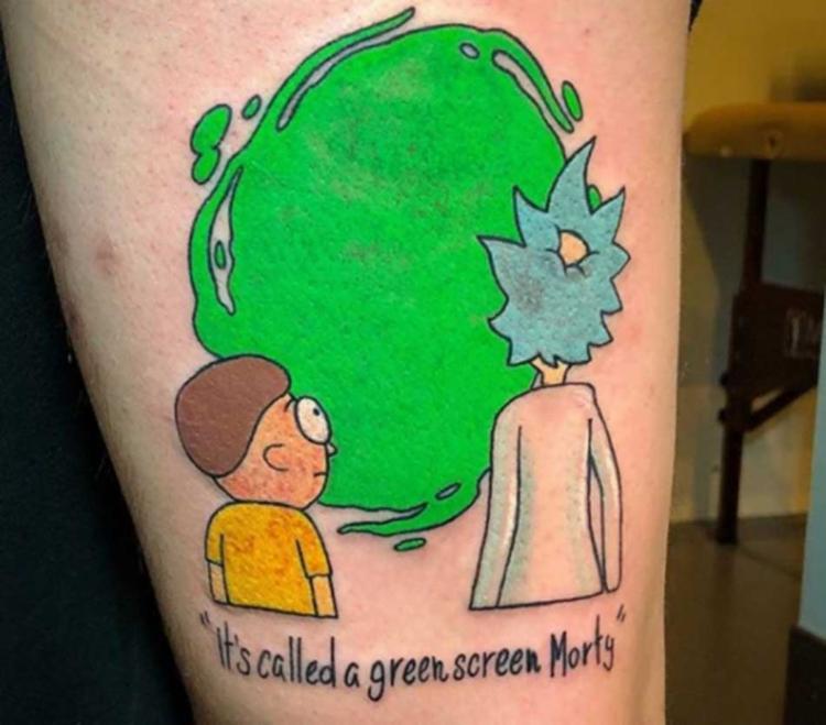 Uma tatuagem inspirada em Rick and Morty, com uma camada verde que reproduz efeitos especiais - Foto: Reprodução | Instagram