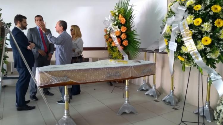 Filho de Mário Cravo, Ivan Ferraz (ao centro) recebe as condolências dos admiradores do artista - Foto: Keyla Pereira | Ag. A TARDE