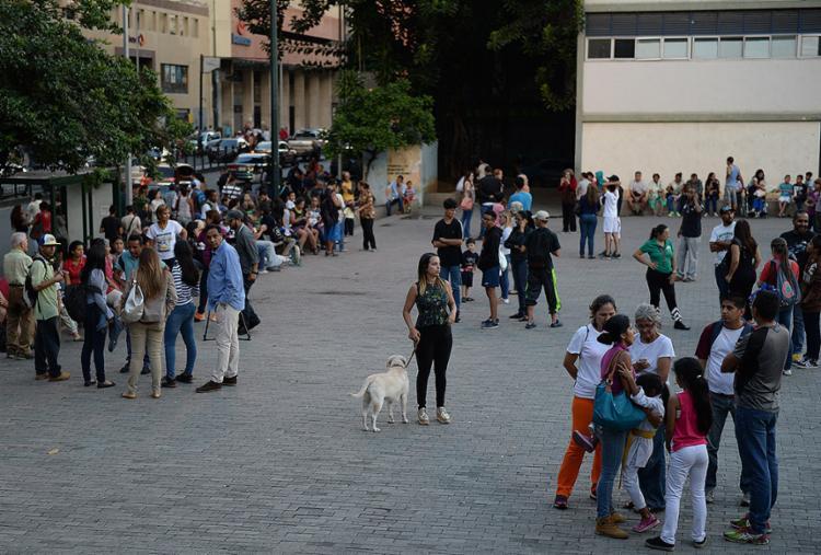 Venezuelanos deixam os prédios e casas em Caracas após tremor - Foto: Federico Parra l AFP