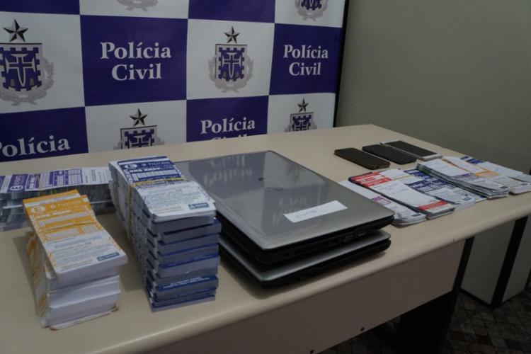 Foram encontrados talões de cartelas, além de notebooks, CPUs, pendrives e celulares