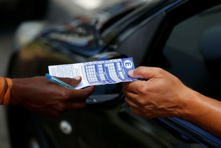 São 15 minutos que o cidadão poderá, sem custo, parar o carro em alguma vaga - Foto: Luciano Carcará   Ag. A TARDE