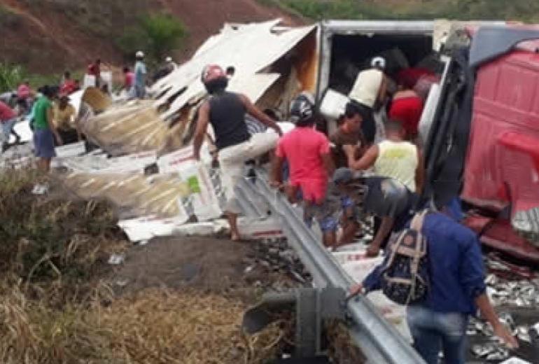 Carreta carregada de peixes é saqueada após tombar na BR-101 | Reprodução | Teixeira News | Cocobongo