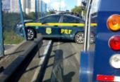 Viatura da PRF quase cai de viaduto após colidir com carro-forte | Foto: Transalvador