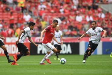 Com pênalti polêmico, Vitória cai para o Inter e pode voltar ao Z-4 | Ricardo Duarte l SC Internacional