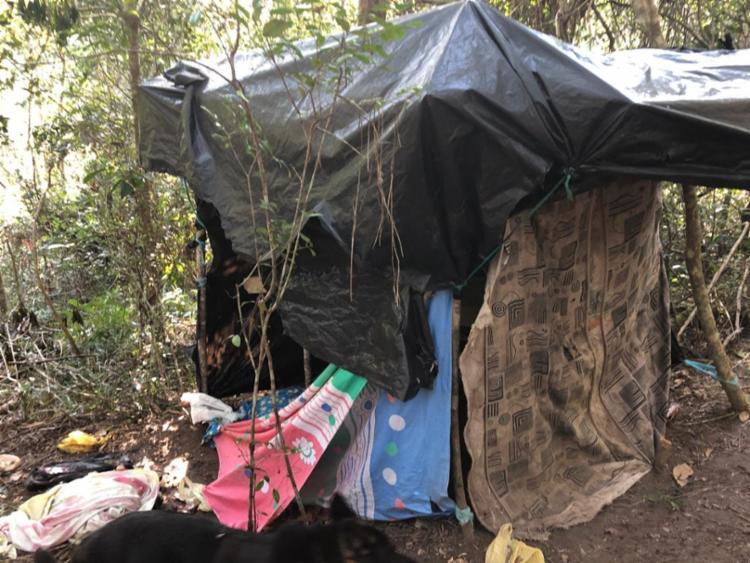 Arma, drogas e equipamentos eletrônicos foram apreendidos em dois acampamentos na zona rural - Foto: Divulgação | SSP-BA