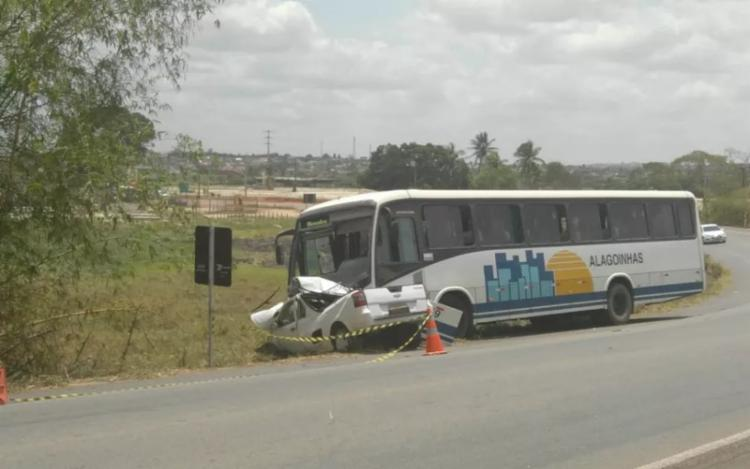 O motorista do ônibus e os 30 passageiros não tiveram ferimentos