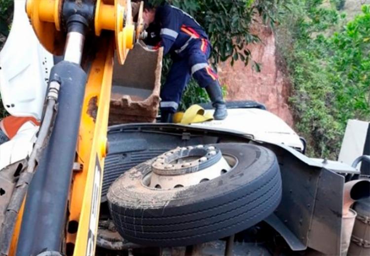 Retroescavadeira precisou ser utilizada para remover o corpo do motorista - Foto: Reprodução | Itabela News