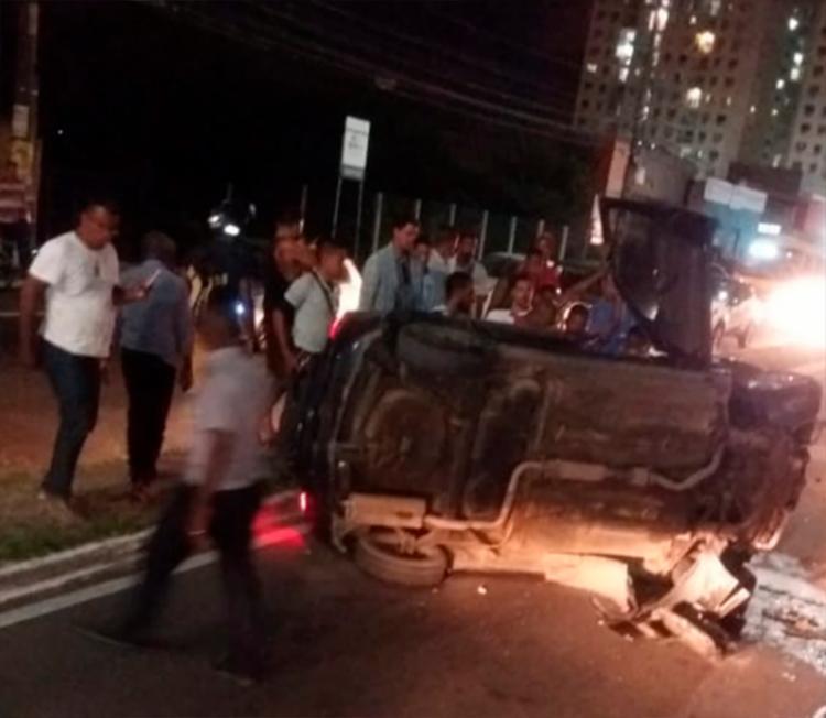 Motorista teria perdido controle do carro e capotado na via - Foto: Cidadão Repórter