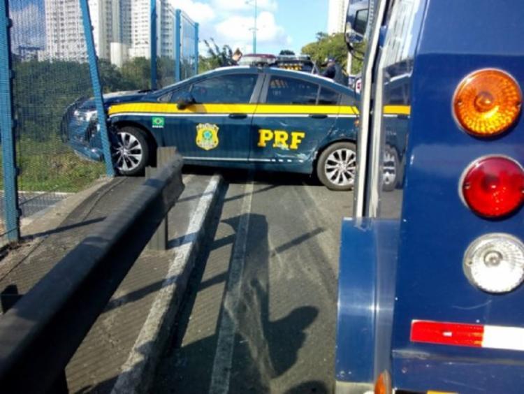 Veículo subiu o meio-fio e parou na grade de proteção do viaduto - Foto: Transalvador