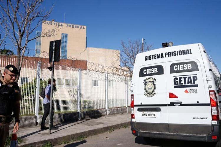 Agressor chegou á sede da Justiça Federal, em Juiz de Fora, sob forte esquema de segurança - Foto: Tânia Rego   Agência Brasil