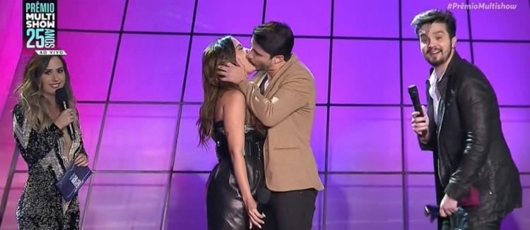 O beijo entre Anitta e o percussionista da banda Atitude 67 - Foto: Reprodução