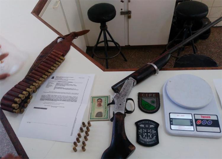 Uma porção de cocaína, uma espingarda de calibre 28 e munições de diversos calibres foram apreendidas