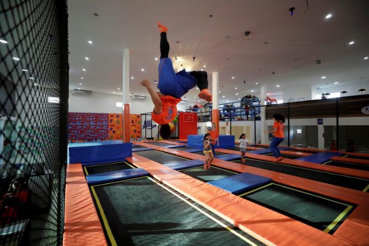 O Big Jump foi criado por um casal de americanos, Chris e Chani McFly, que estão vivendo com os filhos em Salvador - Foto: Adilton Venegeroles / Ag. A TARDE