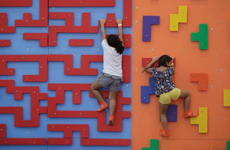 Além dos trampolins, o parque também tem paredes para escalada e percurso ninja