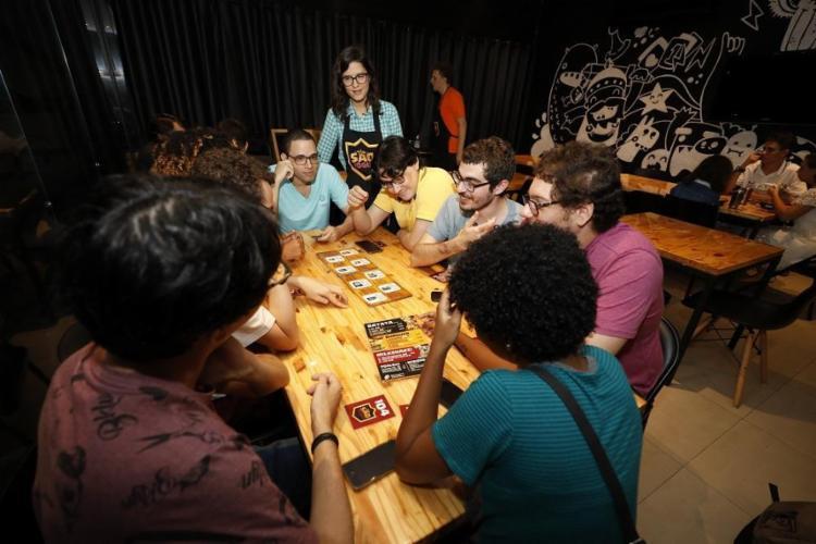 O São Jogue, na Pituba, tem uma estante cheia de jogos tradicionais e outros menos conhecidos - Foto: Tiago Caldas / Ag. A TARDE