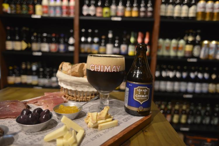 A tábua de frios, com queijos caseiros, embutidos, molhos e pães harmoniza bem com a Chimay Blue