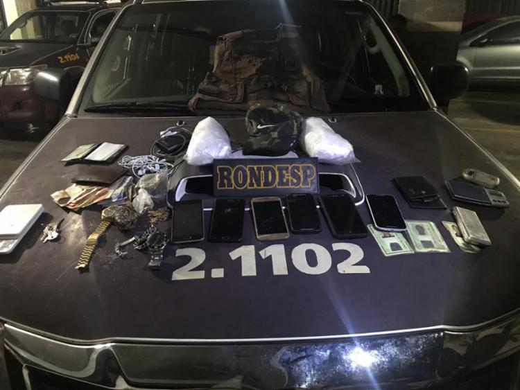Suspeitos estavam com drogas, dinheiro, balanças e um colete de uma empresa de segurança - Foto: Divulgação | SSP-BA