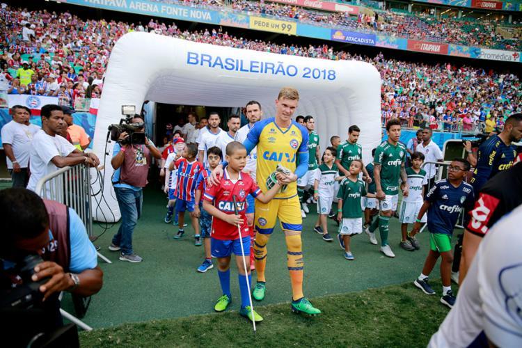 O goleiro Douglas guiou uma criança com deficiência visual - Foto: Felipe Oliveira | EC Bahia