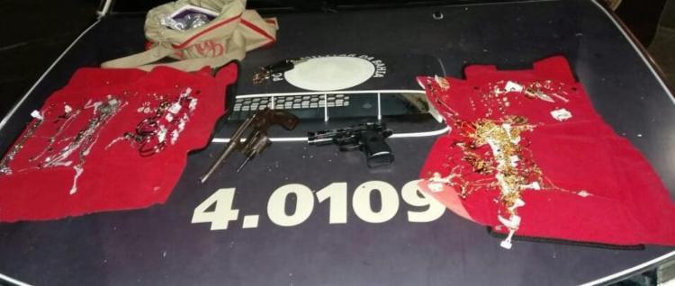 A polícia apreendeu um revólver calibre 32, munições, um simulacro de pistola e semijoias - Foto: Divulgação | SSP BA