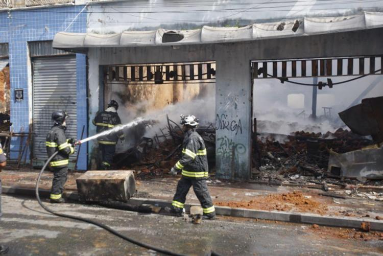 Incêndio em casarões na Baixa dos Sapateiros foi o quarto no período de 24 horas - Foto: Luciano da Matta | Ag. A TARDE