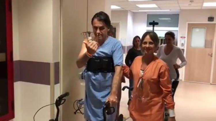 Candidato aparece bem-humorado, andando pelo hospital com a ajuda de um andador - Foto: Reprodução