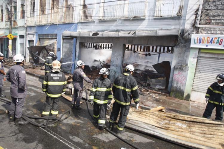 Bombeiros fazem o rescaldo dos imóveis na manhã desta terça-feira - Foto: Luciano da Matta | Ag. A TARDE