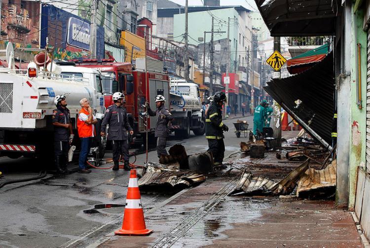 Operação durou mais de 25 horas entre combate ao fogo nos três imóveis atingidos pelas chamas e localização do corpo da vítima - Foto: Luciano da Matta l Ag. A TARDE