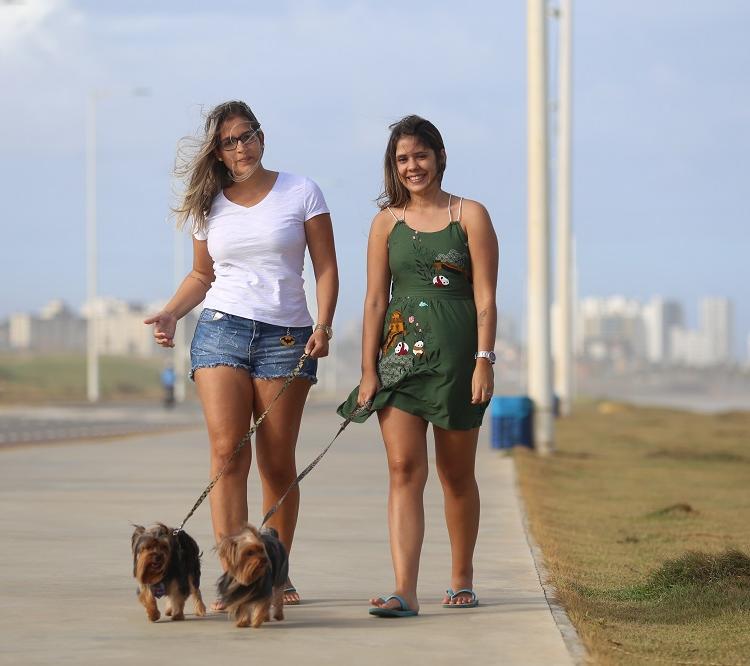 Vitória e Thalita, além de anfitriãs, trabalham como 'dog walkers'