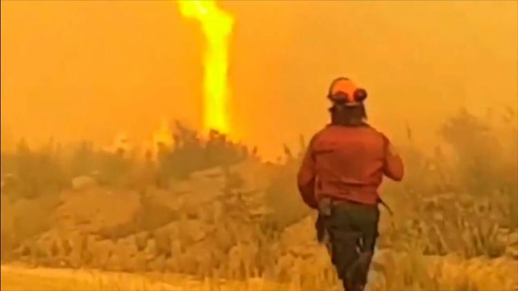 Tornado arrebatou a mangueira de um grupo de bombeiros que combatia as chamas - Foto: Reprodução