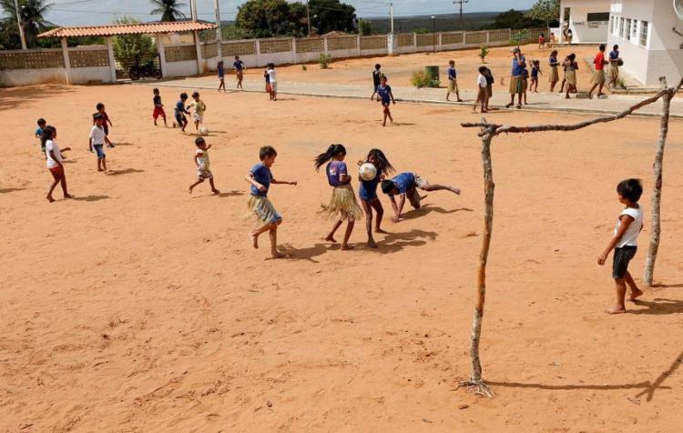 Hora do intervalo na escola indígena de Mirandela, o maior dos oito povoados que integram a aldeia - Foto: Adilton Venegeroles / Ag. A TARDE